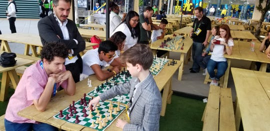 Gary Leschinsky plays 10 boards simultaneously during the CDI tournament in Mexico last November.