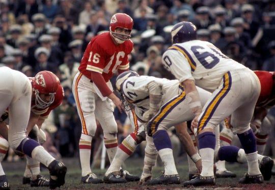 SUPER BOWL IV: Jan. 11, 1970: Kansas City Chiefs quarterback Len Dawson (16) at the line of scrimmage against the Minnesota Vikings during Super Bowl IV at Tulane Stadium. The Chiefs won the game, 23-9.