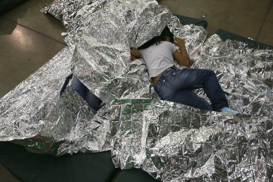 Menores duermen en una celda, de un centro de detención.