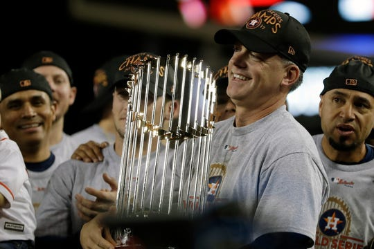 Hinch holds the World Series trophy in 2017.