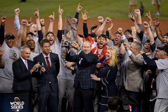 Imagen de los Astros levantando el trofeo de campeones en 2017.