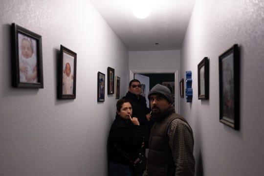 Los agentes a cargo de la observancia del código, Cindy Guerrero y Lorenzo Salazar, inspeccionan el hogar de Cuauhtémoc Becerra en la zona norte de Salinas.