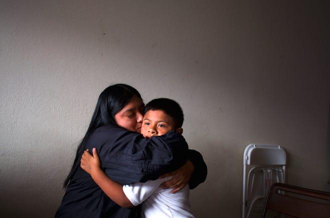 Resi Salvador, a la izquierda, con Hugo, su hermano menor, en su pequeño departamento en el lado norte de Salinas. Resi, estudiante de la CSUMB en Seaside, considera que es su responsabilidad romper el ciclo de normas que heredó por ser una mujer indígena. Sueña con conseguir una casa donde su familia pueda vivir cómodamente.