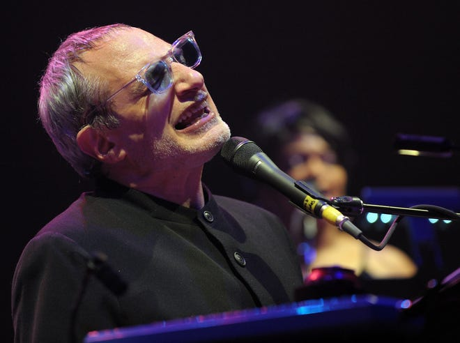Musician Donald Fagen of the band Steely Dan performs at 'Collaborating for a Cure' the Samuel Waxman Cancer Research Foundation Benefit Concert on Thursday, Nov. 20, 2008 in New York. (AP Photo/Evan Agostini)