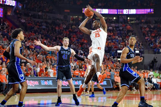 Clemson's Aamir Simms makes a pass (25) under the basket during the second half.