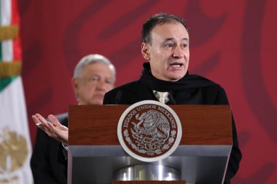 El secretario de Seguridad y Protección Ciudadana, Alfonso Durazo, (d) habla junto al presidente de México, Andrés Manuel López Obrador, en rueda de prensa en Ciudad de México (México).