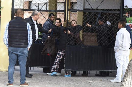 Familiares acuden por sus hijos al Colegio Cervantes tras presentarse una balacera que dejó dos muertos y seis heridos, en la ciudad de Torreón en el estado de Coahuila (México).