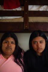 Resi Salvador, a la derecha, y su madrastra, Constanza Salvador, comparten un pequeño departamento en la zona norte de Salinas con otras siete personas.