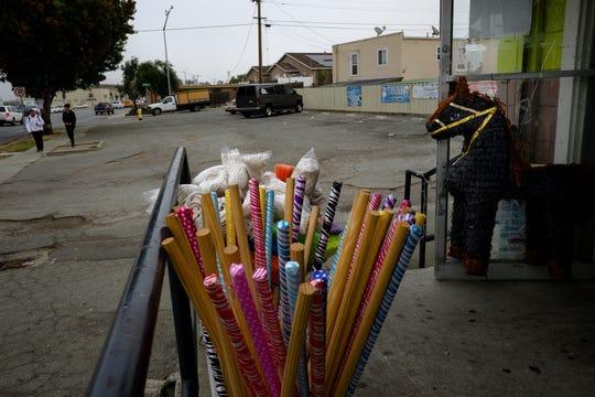 Piñatas cuelgan fuera de Dulcería Vargas, una tienda de conveniencia en Sanborn Road, en Salinas.