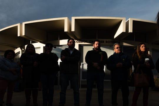 El representante de vivienda Matt Huerta (cuarto desde la izquierda), de pie afuera del Ayuntamiento de Salinas durante una reunión en diciembre de 2019 sobre la crisis de vivienda de Salinas.