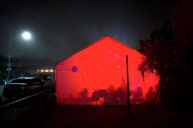 En el lado este de Salinas, las familias arman una tienda para fiestas los fines de semana. Luces LED alternan sus colores y el sonido de la música de banda suena por el vecindario.