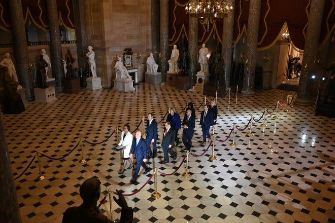 Die Amtsenthebungsbeamten des Repräsentantenhauses, die den Fall gegen Präsident Donald Trump verfolgen werden, überqueren am 15. Januar 2020 das Kapitol.