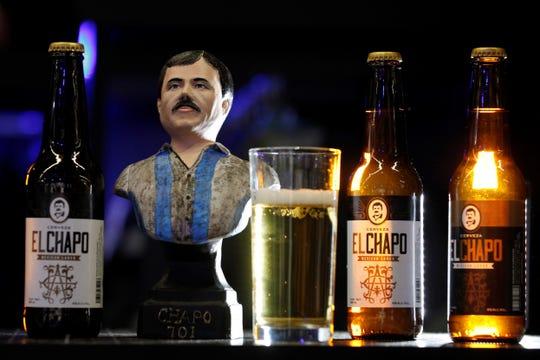 Vista este miércoles de la cerveza artesanal de la marca El Chapo 701, exhibida durante la expo Intermoda que se celebra en la ciudad de Guadalajara, en Jalisco.