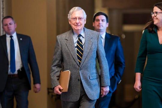El líder de la mayoría republicana en el Senado, Mitch McConnell camina al piso del Senado.