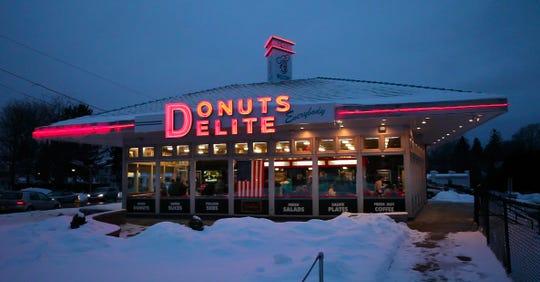 The neon Donuts Delite sign, pre-wind damage.