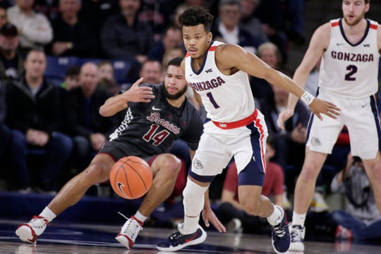 Gonzaga guard Admon Gilder (1) goes after the ball, after knocking it away from Santa Clara forward Keshawn Justice.
