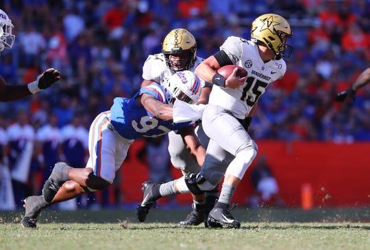 Florida linebacker Khris Bogle (97) pressures Vanderbilt  quarterback Allan Walters (15)  on Nov. 9, 2019.
