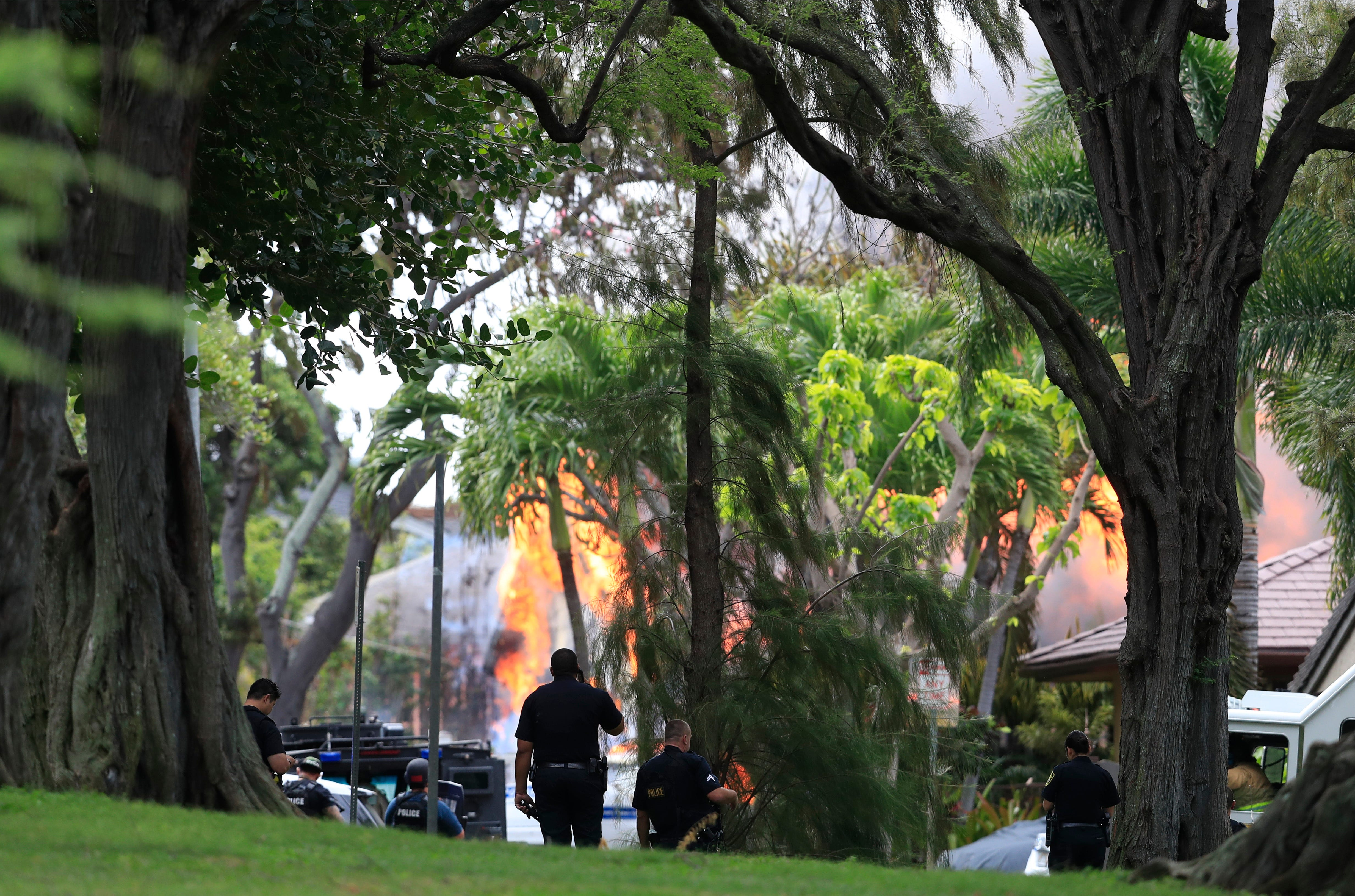 Unprecedented tragedy : Gunman kills 2 Hawaii officers, sets fire that destroys at least 7 homes, police say