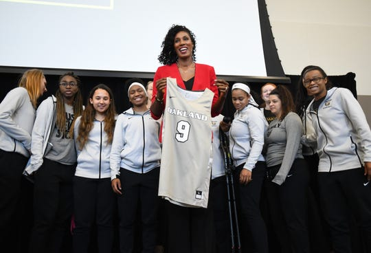 Lisa Leslie receives an Oakland University Grizzlies basketball jersey from the O.U. women's basketball team during the 28th annual Keeper of the Dream celebration, for which Leslie was keynote speaker.