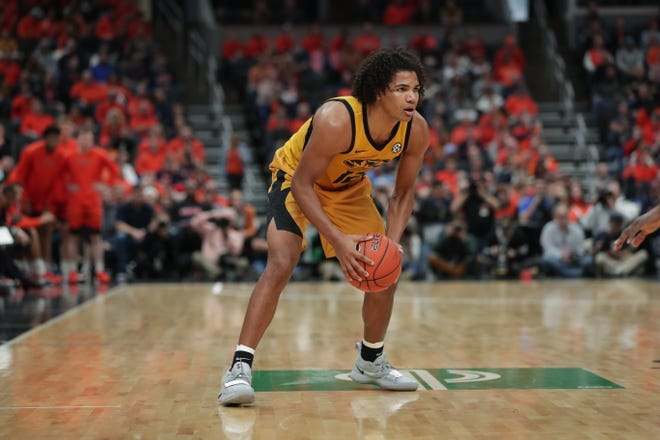 Reitz graduate Dru Smith prepares to drive against Illinois in Missouri's 63-56 victory on Dec. 21 in St. Louis.