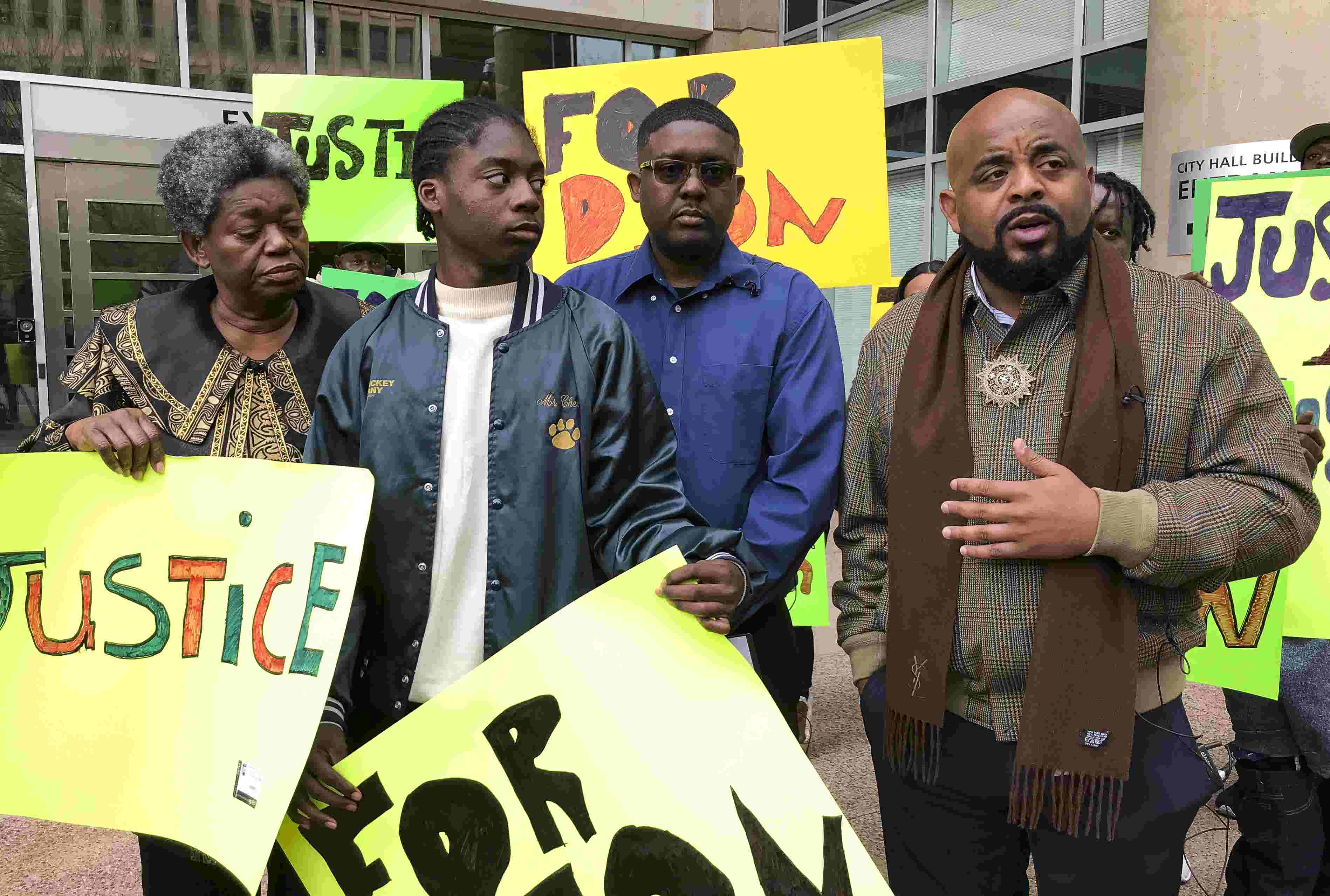 Group shows support for Dion Humphrey, demands Phoenix police apologize