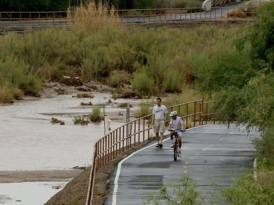 El agua de lluvia del Pantano Wash desemboca en el río Rillito cuando cae una lluvia ligera en el área de Tucson el 11 de julio de 2017.