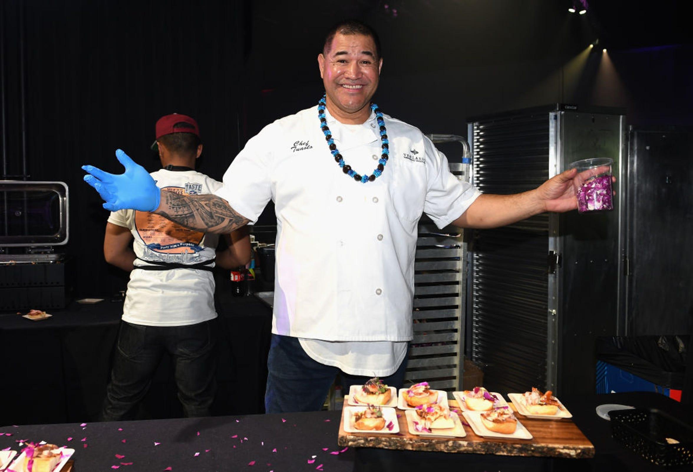 Los chefs de cada una de las franquicias de la NFL muestran su sabor a los asistentes al evento.