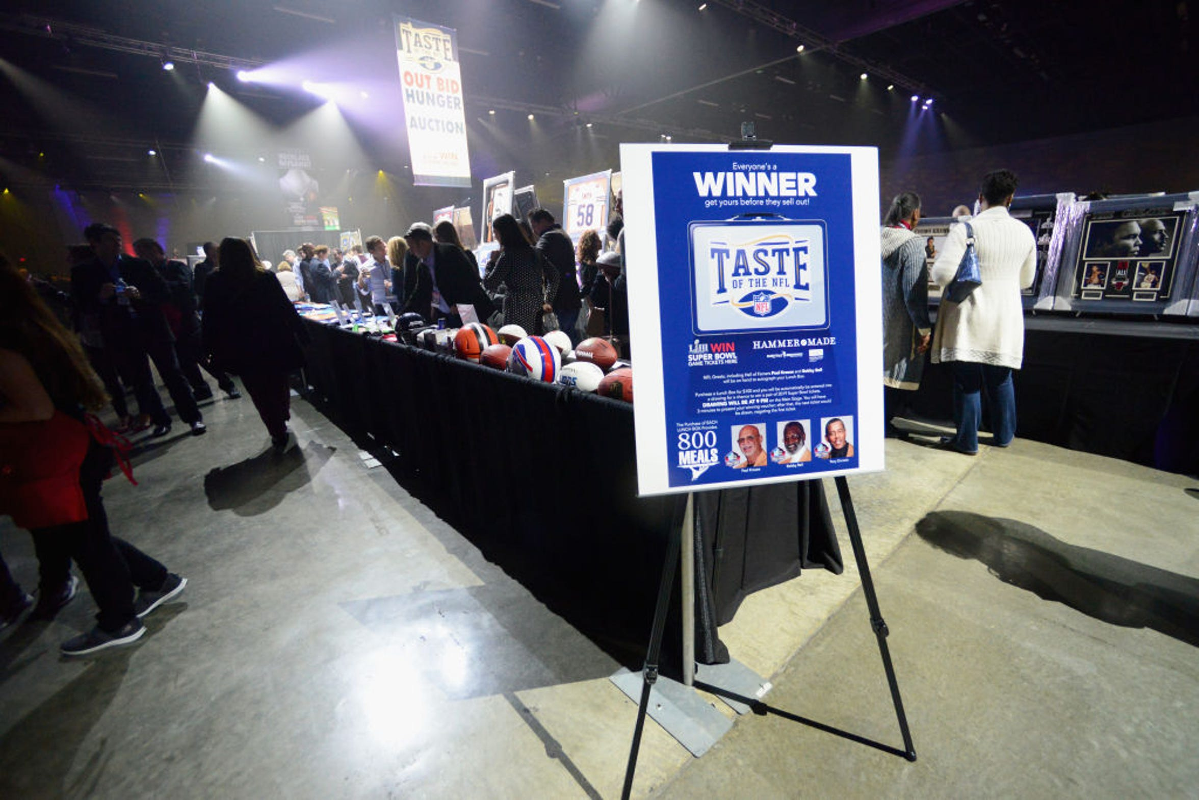 Durante el evento 'Taste of the NFL' es subastada mucha memorabilia deportiva.