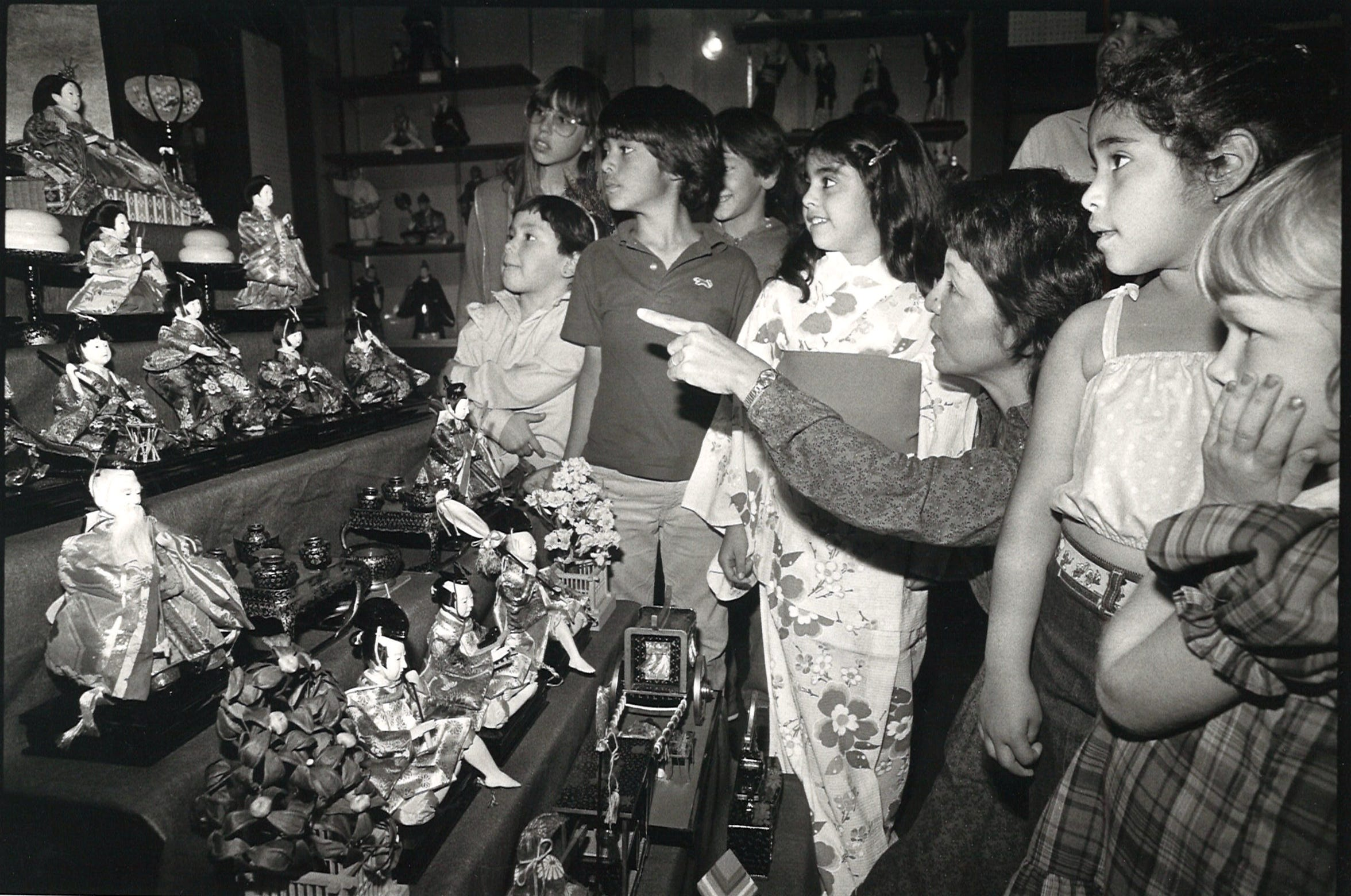 Hisako Ochiai, museum education director, explains the significance of figures on display at what is now called the Museum of Asian Cultures on March 4, 1984.