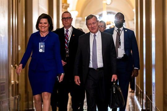 John Roberts (C), Jefe de la Corte Suprema de Justicia, a su llegada al senado para participar en el juicio político.