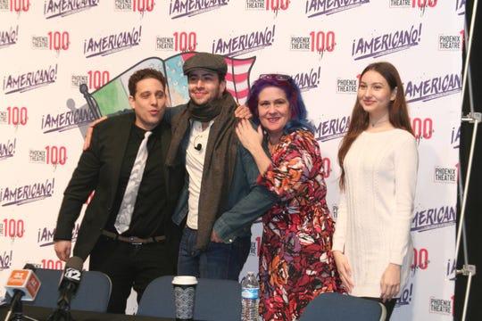 Valdovinos junto a los actores de The Phoenix Theatre Company, así como de la estudiante Karla Camarena, contestaron las preguntas de los medios de comunicación.