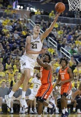 Michigan's Franz Wagner scores against Illinois during the second half Saturday, Jan. 25, 2020 at the Crisler Center.