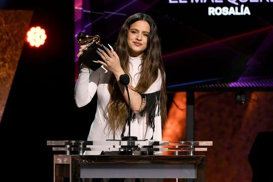 """Rosalía acepta el premio al Mejor Álbum de Rock Latino, Urbano o Alternativo por """"El Mal Querer"""" en el escenario durante la 62 ° Ceremonia Anual de los Premios GRAMMY en el Microsoft Theatre el 26 de enero de 2020 en Los Ángeles, California."""