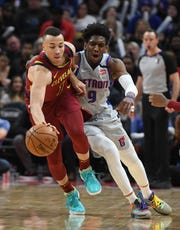 Cavaliers' Dante Exum works around Pistons' Langston Galloway in the second quarter.