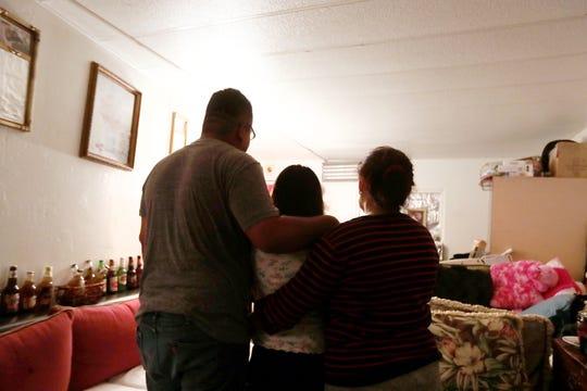 Rafael Campos, a la izquierda, de pie con una de sus hermanas y su madre dentro de su casa rodante alquilada en Thousand Palms, California, el viernes 24 de enero de 2020.