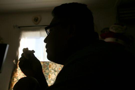 Rafael Campos desayuna dentro de su casa rodante alquilada en Thousand Palms, California, el domingo 26 de enero de 2020.