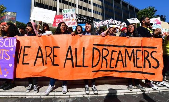 Estudiantes protestan a favor del DACA.