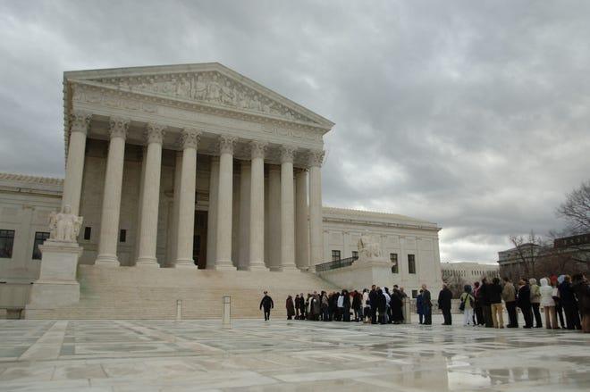 Un grupo de turistas espera para entrar al edificio de la Corte Suprema de EEUUen Washington DC.