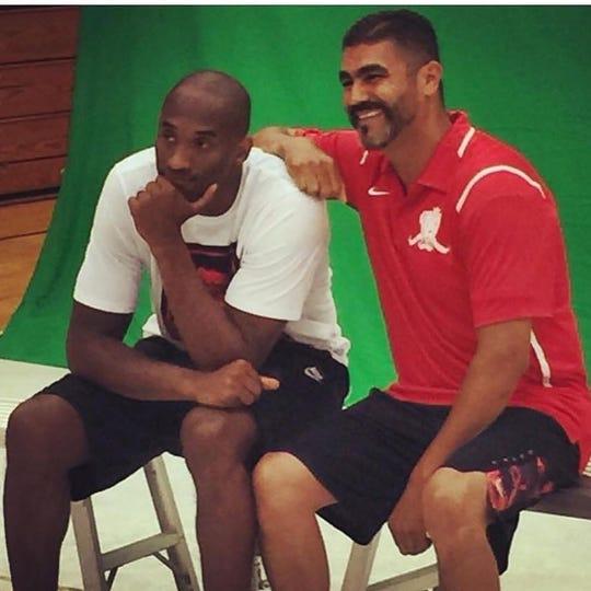 Kobe Bryant (izquierda) y José Gil posan para una foto durante uno de los campamentos de basquetbol de Bryant en Santa Barbara, California.