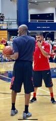 El director deportivo de Alisal High y entrenador de basquetbol varonil, José Gil (de rojo) trabaja con Kobe Bryant durante uno de los varios campamentos de basquetbol de Bryant en la Universidad de California en Santa Barbara.