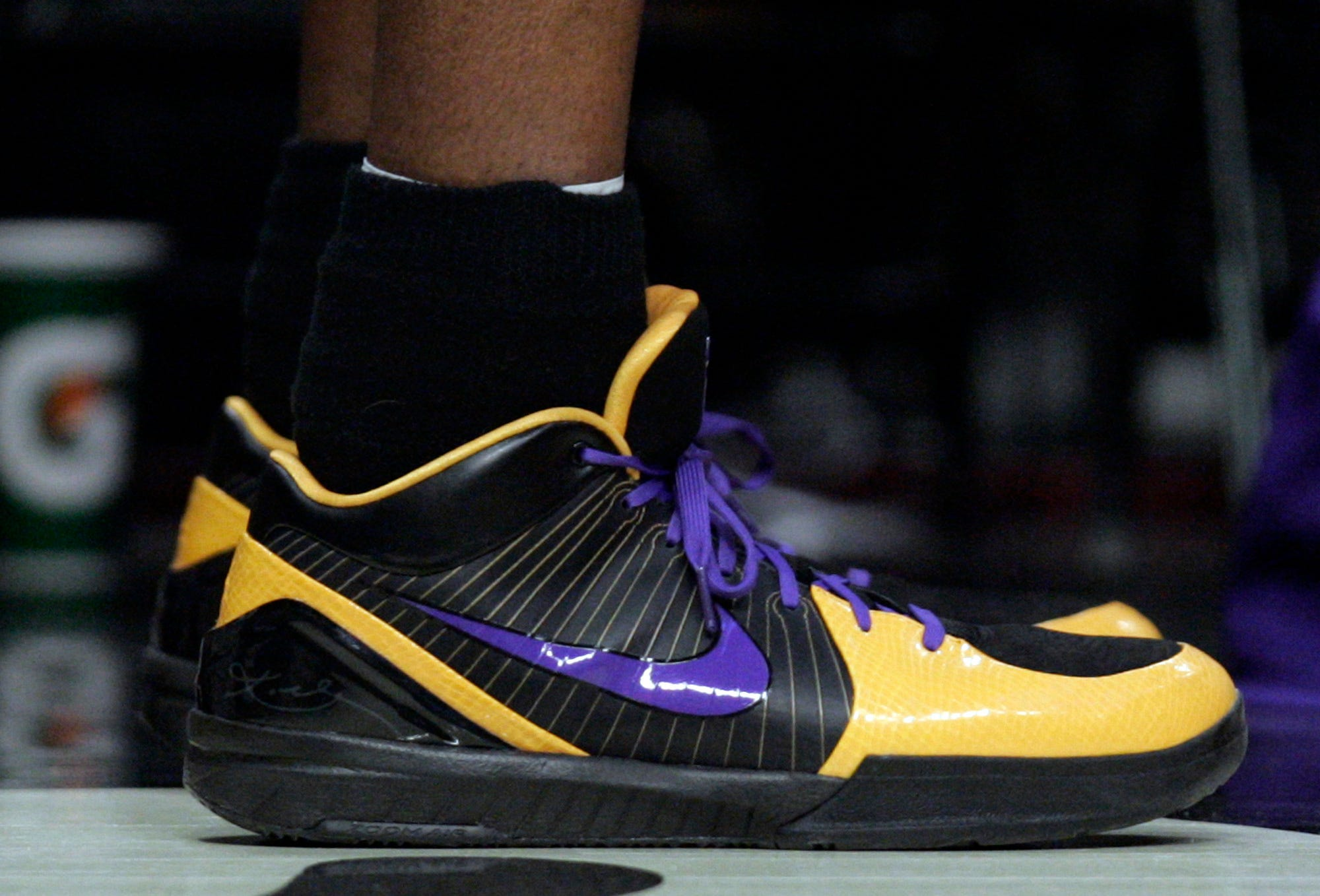 diluido blanco lechoso Atlético  Nike sells out of Kobe Bryant merchandise online; shoe plan pending