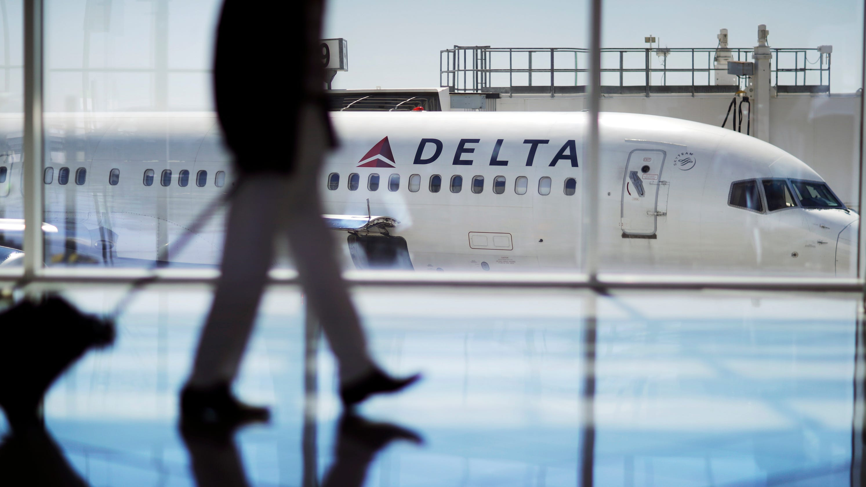 Delta, American airlines to stop all China flights as coronavirus crisis grows thumbnail