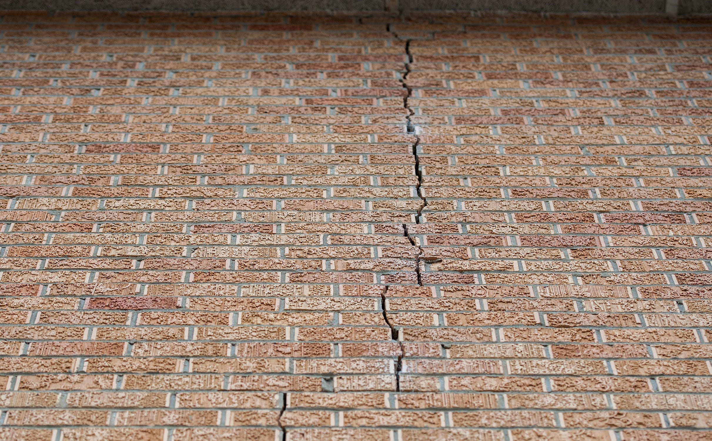 A structural crack at the Williams-Sullivan Middle School in Durant, Miss. continues to grow.