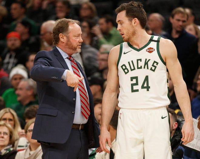 Bucks head coach Mike Budenholzer talks with guard Pat Connaughton.