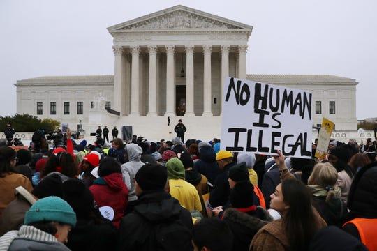 Gente protesta afuera de la Corte Suprema de Estados Unidos.