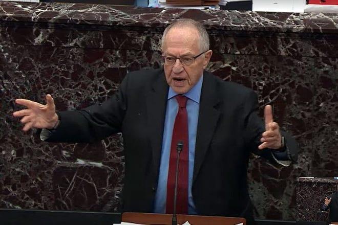 El asesor legal del presidente Donald Trump, Alan Dershowitz responde una pregunta de un senador durante los procedimientos de juicio político en la cámara del Senado en el Capitolio de los Estados Unidos el 29 de enero de 2020 en Washington, DC.