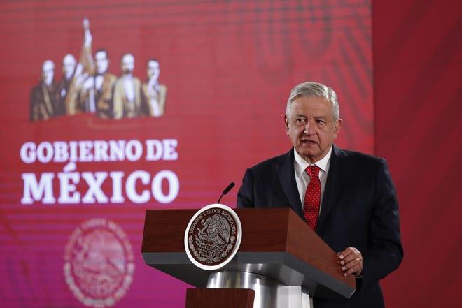 El presidente de México, Andrés Manuel López Obrador, habla durante su conferencia de prensa matutina este viernes, en el Palacio Nacional de Ciudad de México (México).