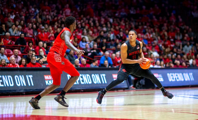 San Diego State's KJ Feagin (10) steps back to shoot against New Mexico in a Mountain West game last week.