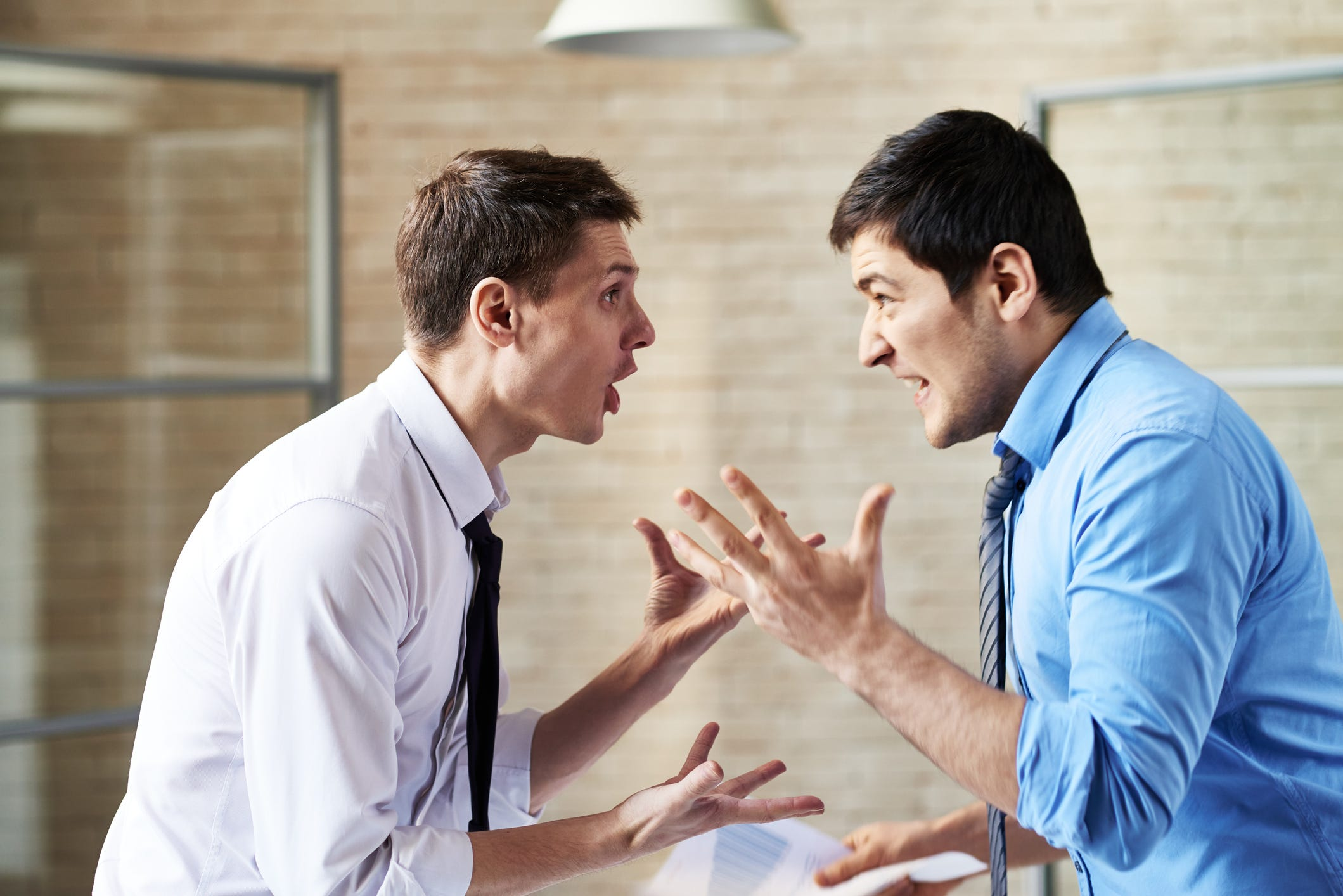 Two Friends arguing article on signs your friend doesn't respect you