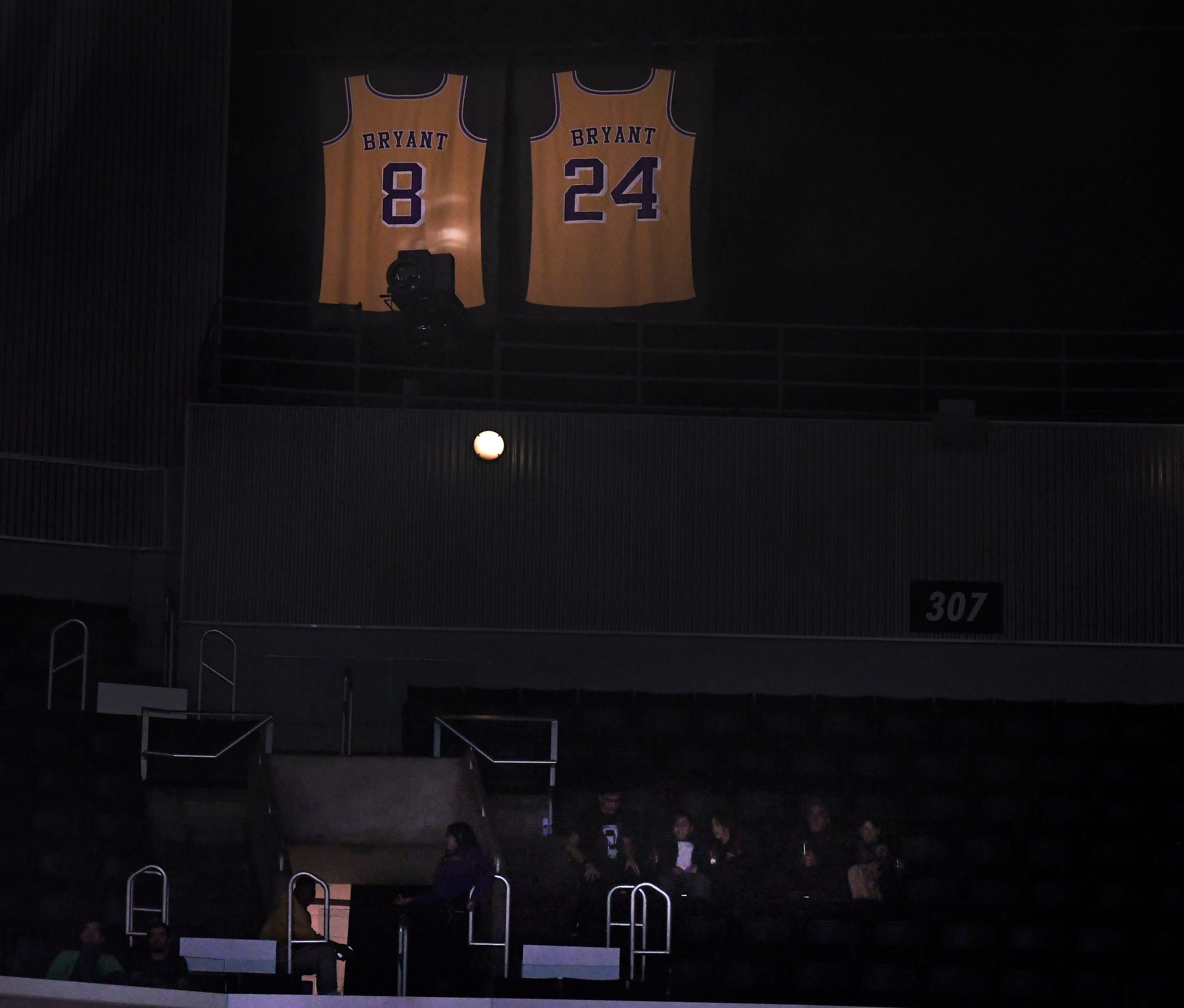 Clippers keep light on Kobe Bryant at Staples Center as tribute